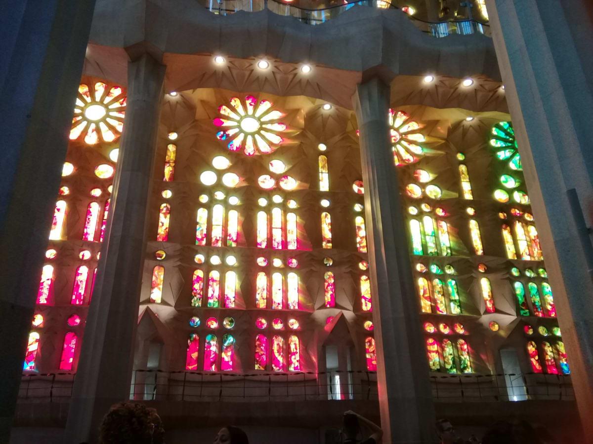 サグラダファミリアのステンドグラス。まだ完成していないということでしたが、色とりどりで綺麗でした。 | バルセロナ
