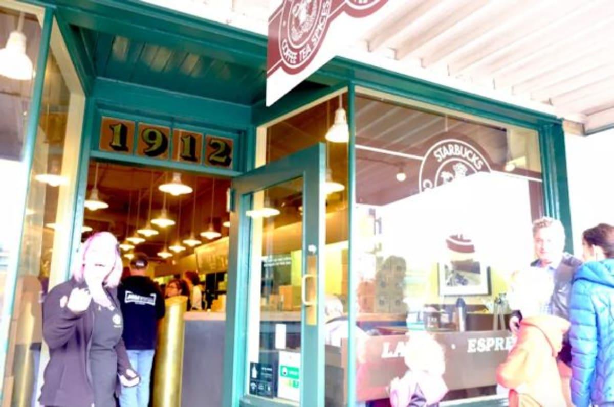 「PIKE PLACE MARKET」内のスターバックス1号店は外せない観光地ですね!   シアトル(ワシントン州)