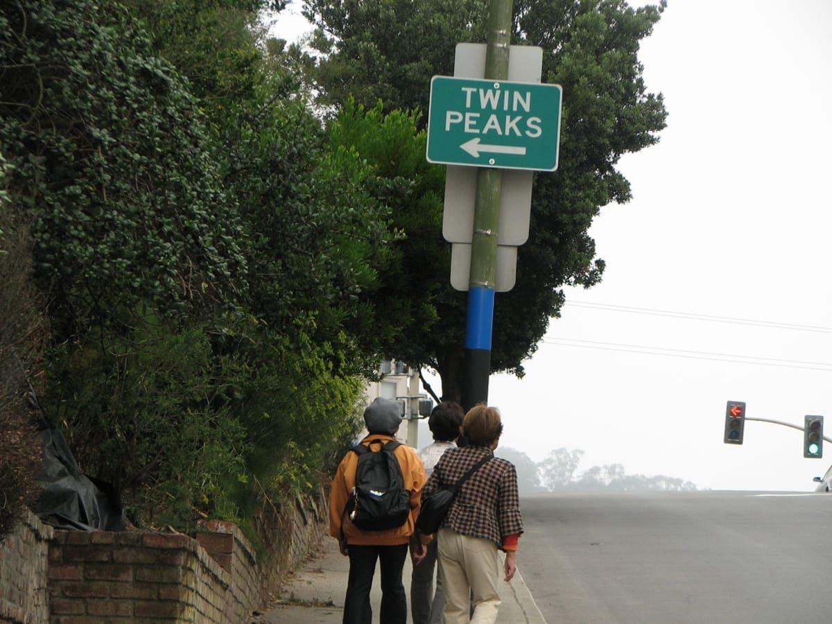 Twin Peaks の標識に沿って、歩を進めます。 | サンフランシスコ(カリフォルニア州)