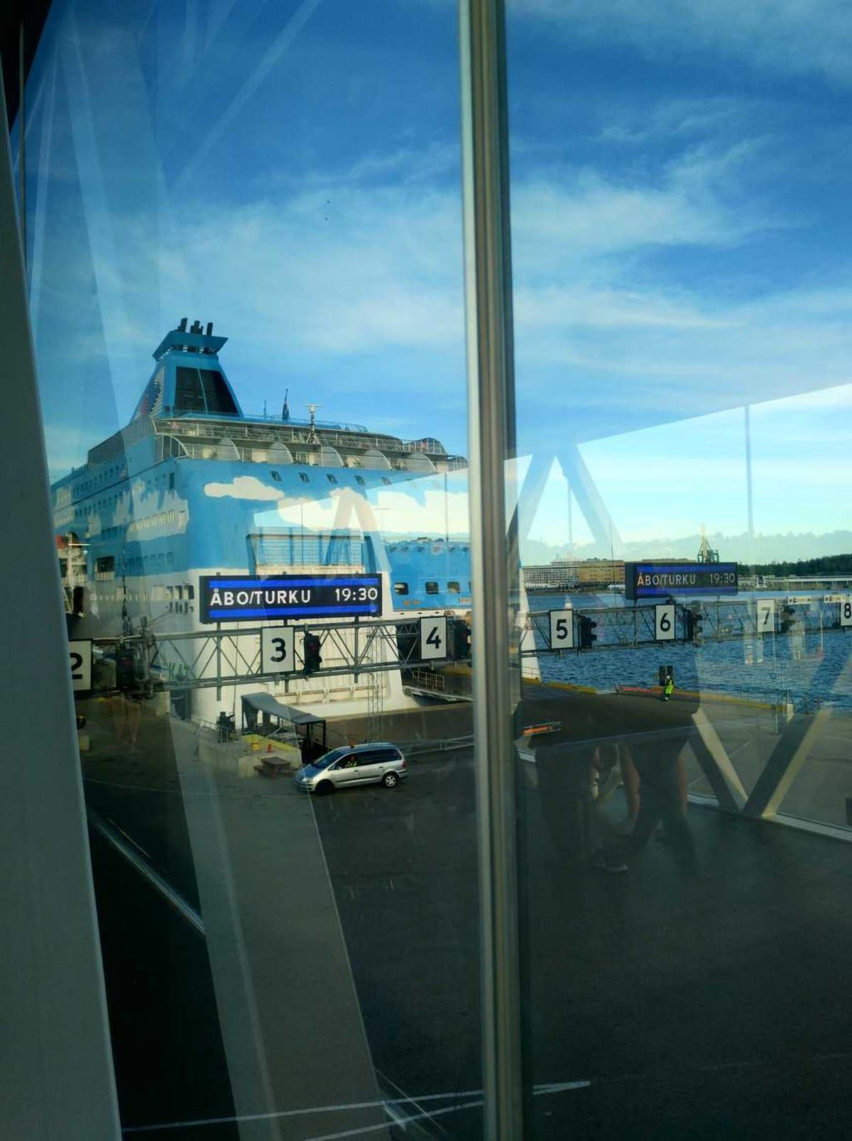 j自動車で乗船する人もおり、それを横目に自分も乗船。