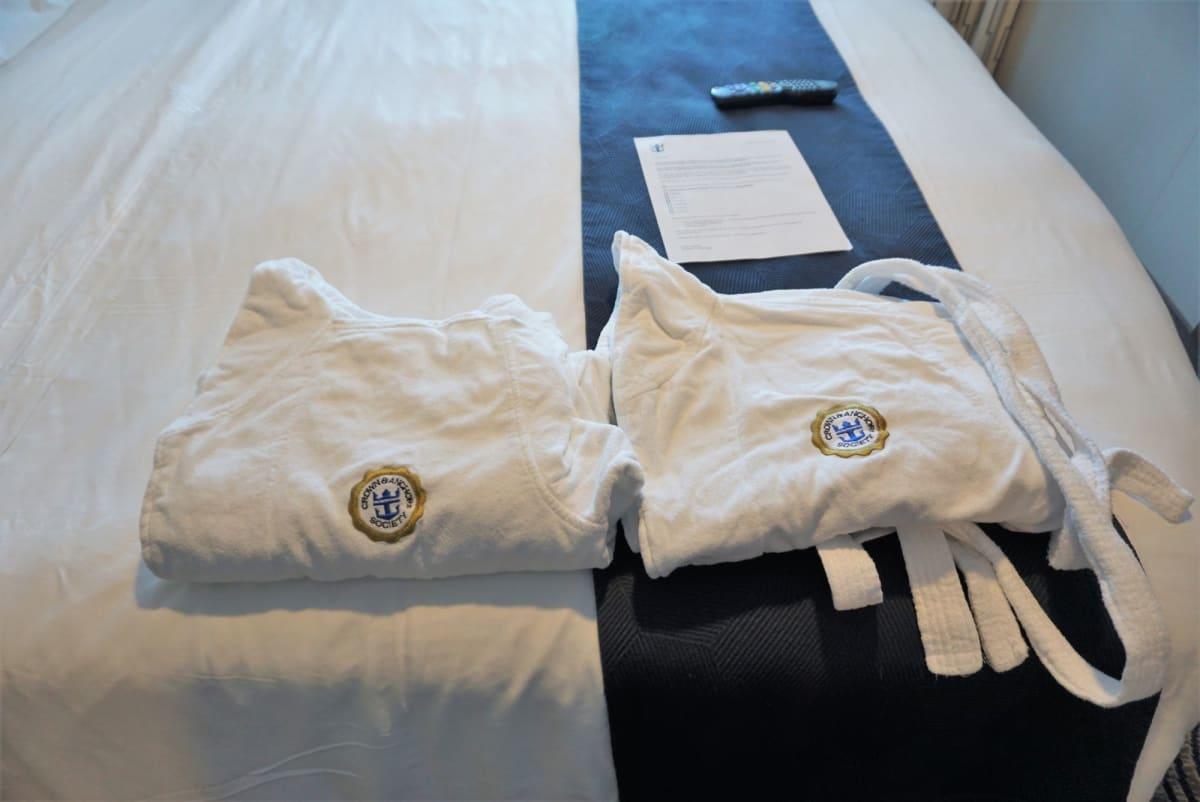 クラウン&アンカーのバスローブはスイートに比べて厚め | 客船アンセム・オブ・ザ・シーズの客室