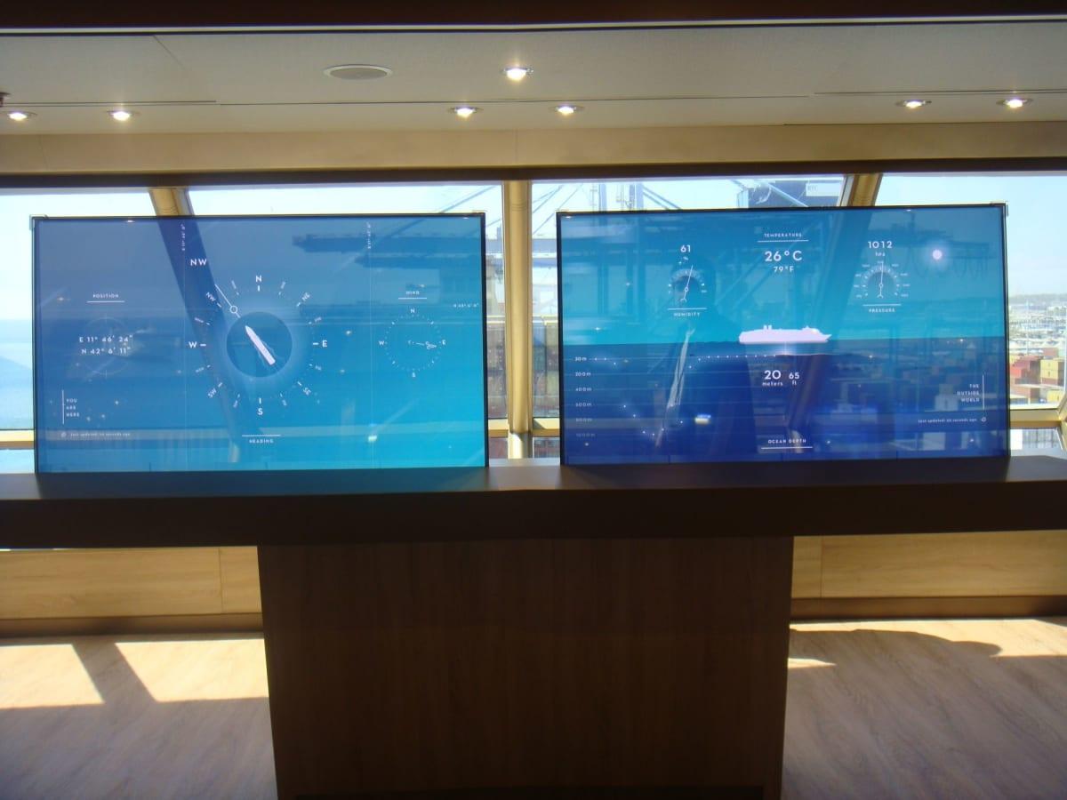 最上階のラウンジにはシースルーのパネルがあり、航海記録が映し出されています。 | 客船ウエステルダムの船内施設