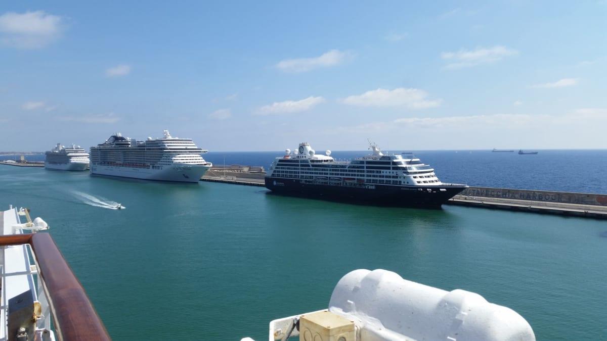流石にいろいろな船が泊まっている。 | アザマラ・クラブ・クルーズの外観