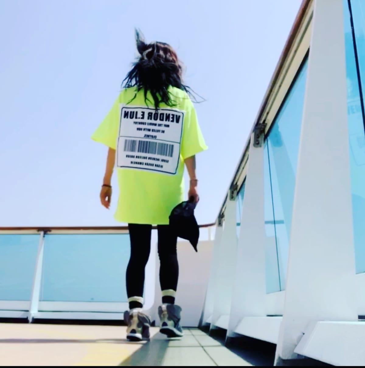 釜山で買ったTシャツ。11階デッキは開放感抜群で暇があればココに来て海と空を眺めました。   客船コスタ・ネオロマンチカの乗客、船内施設
