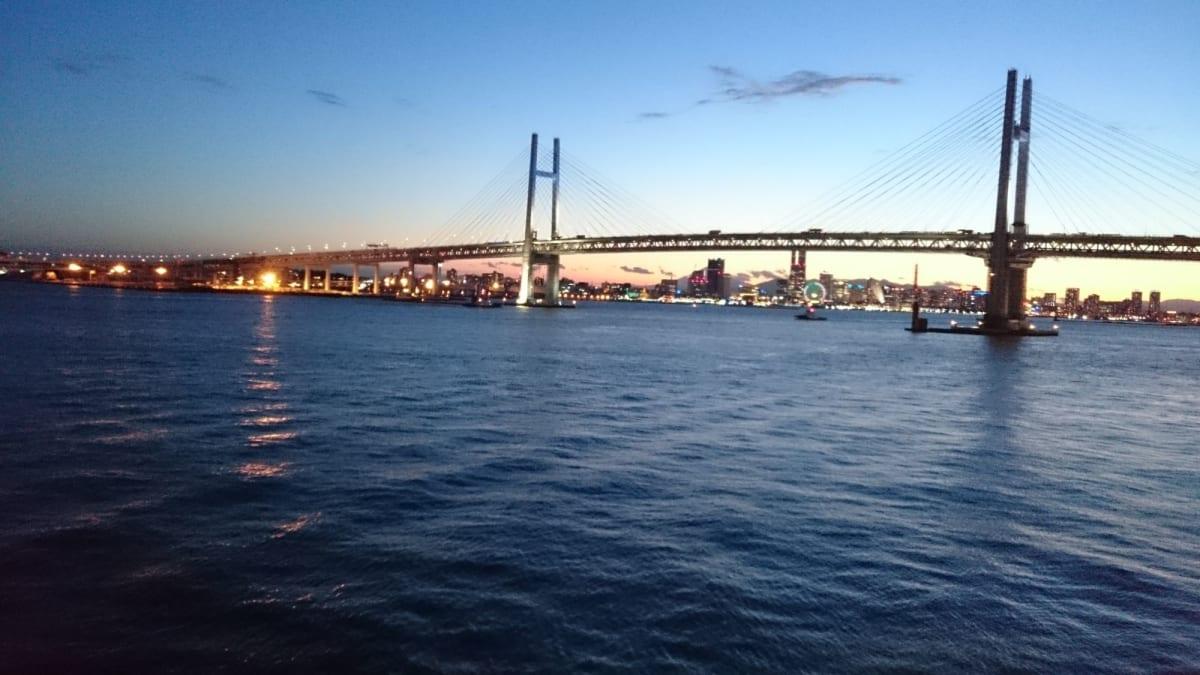 出港前の夕暮れ時です。 ベイブリッジが綺麗です。 | 横浜