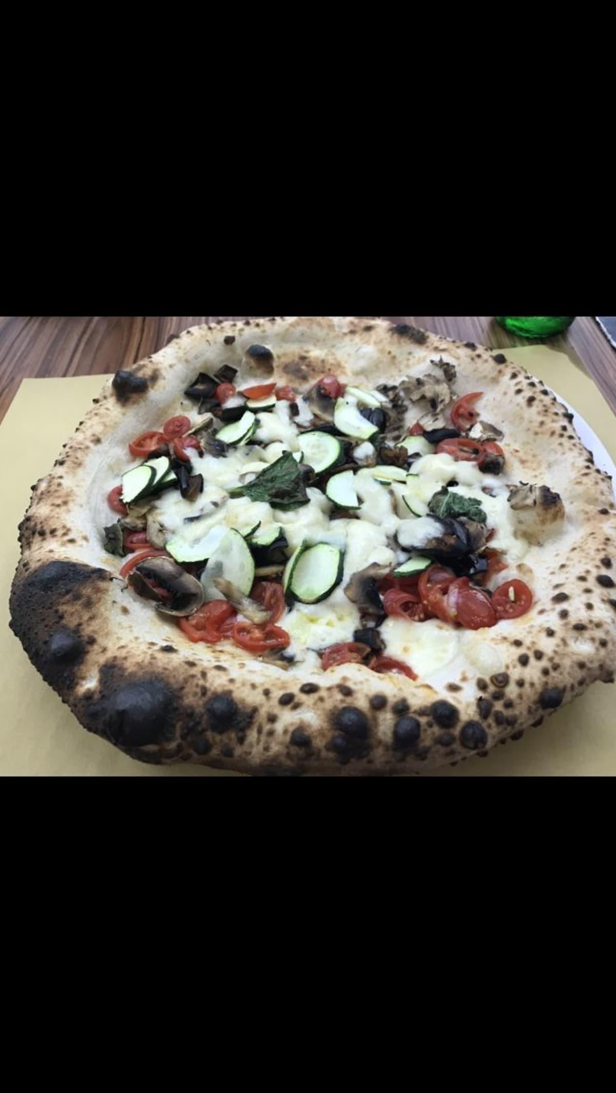 ガイドさんにはマルゲリータを是非食べて、と 勧められていたのですが、つい具が沢山のピザを 選びました。美味しかったです。   ナポリ