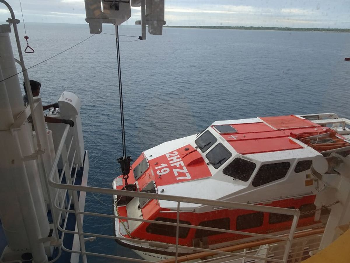 向こうに見えるのは竹富島。テンダーボートで行けるものと期待したが、実際は石垣島で乗り換えであった。 | 石垣島での客船ダイヤモンド・プリンセス