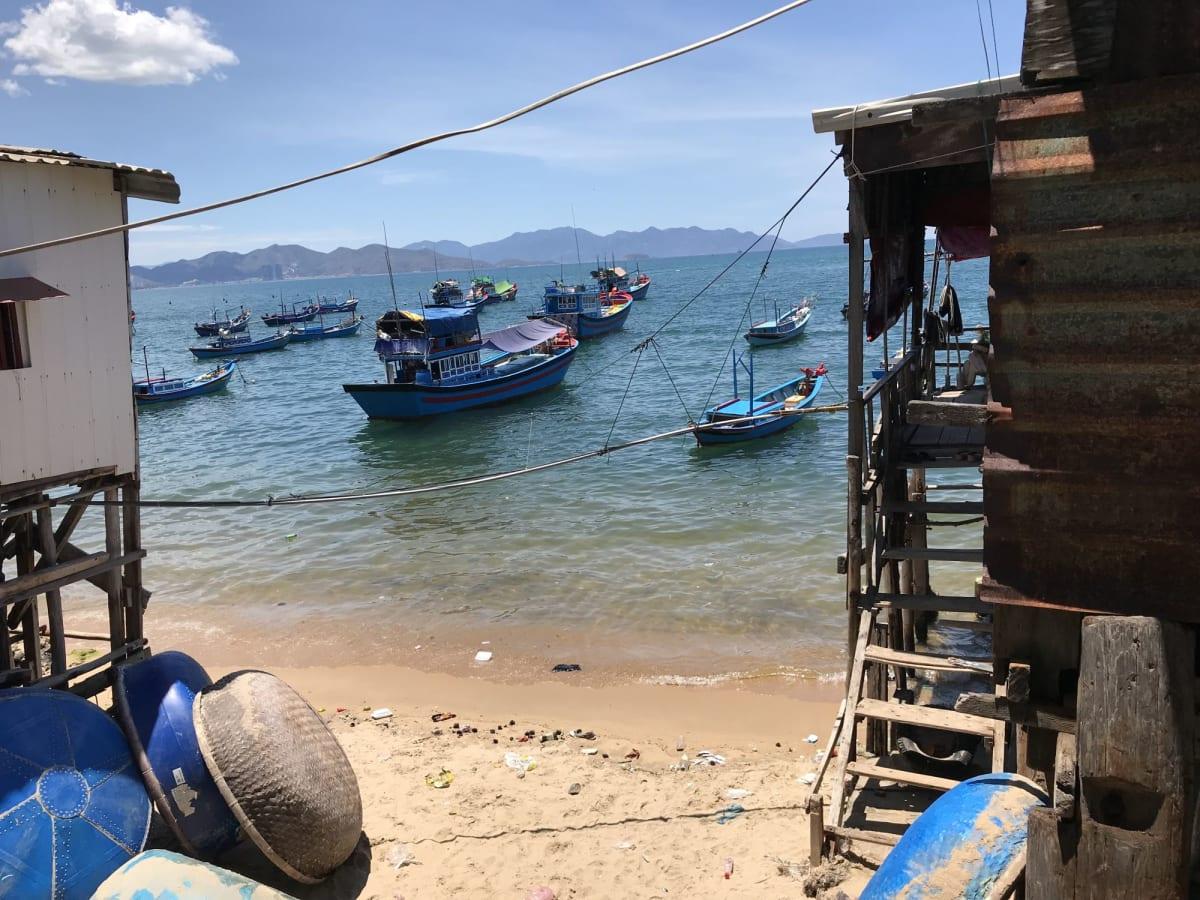 ニャチャン港近くの漁村にて。