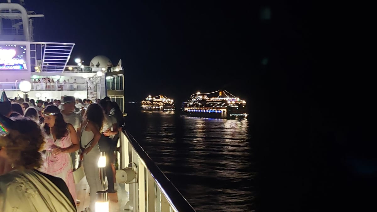 2020年のカウントダウンパーティー! ホワイトナイトで全員が白の衣装で大盛りあがり! コパカバーナ沖でのパーティでしたが超ビッグスケールの花火がビーチから上がると大変な盛り上がりとなりました!