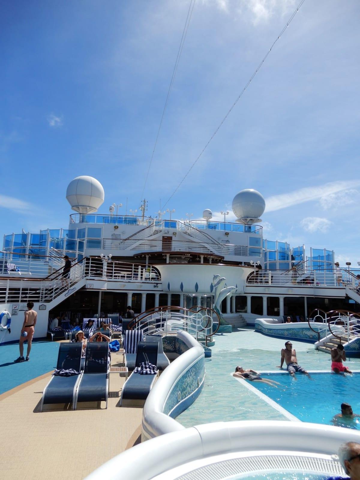 天候に恵まれたので、日中の船内ではプールやジャグジーも利用しました。 写真はリドデッキ(14F)ホライズンコート近くのプール。