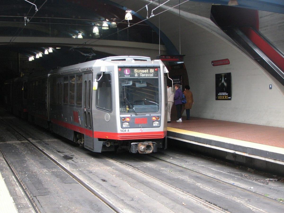 West Portal 駅。Lラインの電車がトンネルから出て来た所。 | サンフランシスコ(カリフォルニア州)