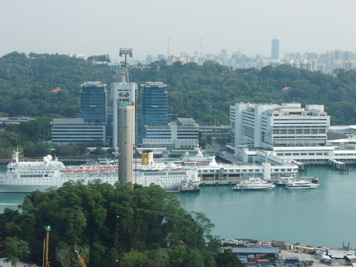 ハーバーフロントの眺め。ロープウエーの下にコスタ・アレグラが停泊しています。 | シンガポール