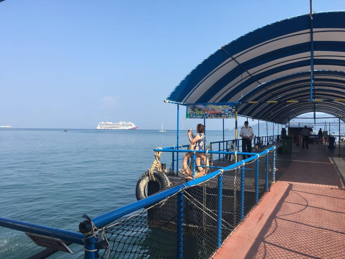 プーケット島でのテンダーボート乗り場。 | プーケットでの客船ゲンティン・ドリーム