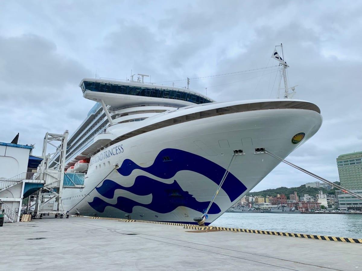 基隆港で捉えたダイヤモンドプリンセスの船頭部   基隆 / 台北での客船ダイヤモンド・プリンセス