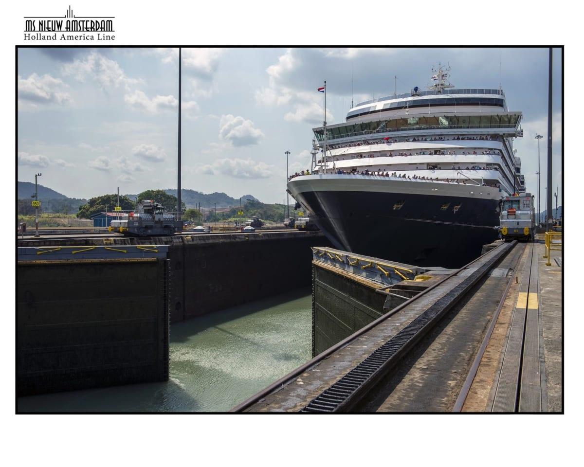 閘門内では船は自力で移動せず左右の機関車によって曳航 | パナマ運河での客船ニュー・アムステルダム