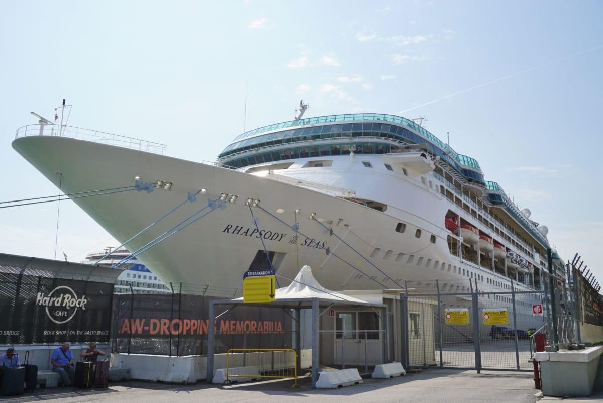 ビジョンクラスのラプソディはスプレンダー(現:Marella Discovery)、ビジョンに続いて3船目。 | 客船ラプソディ・オブ・ザ・シーズの外観