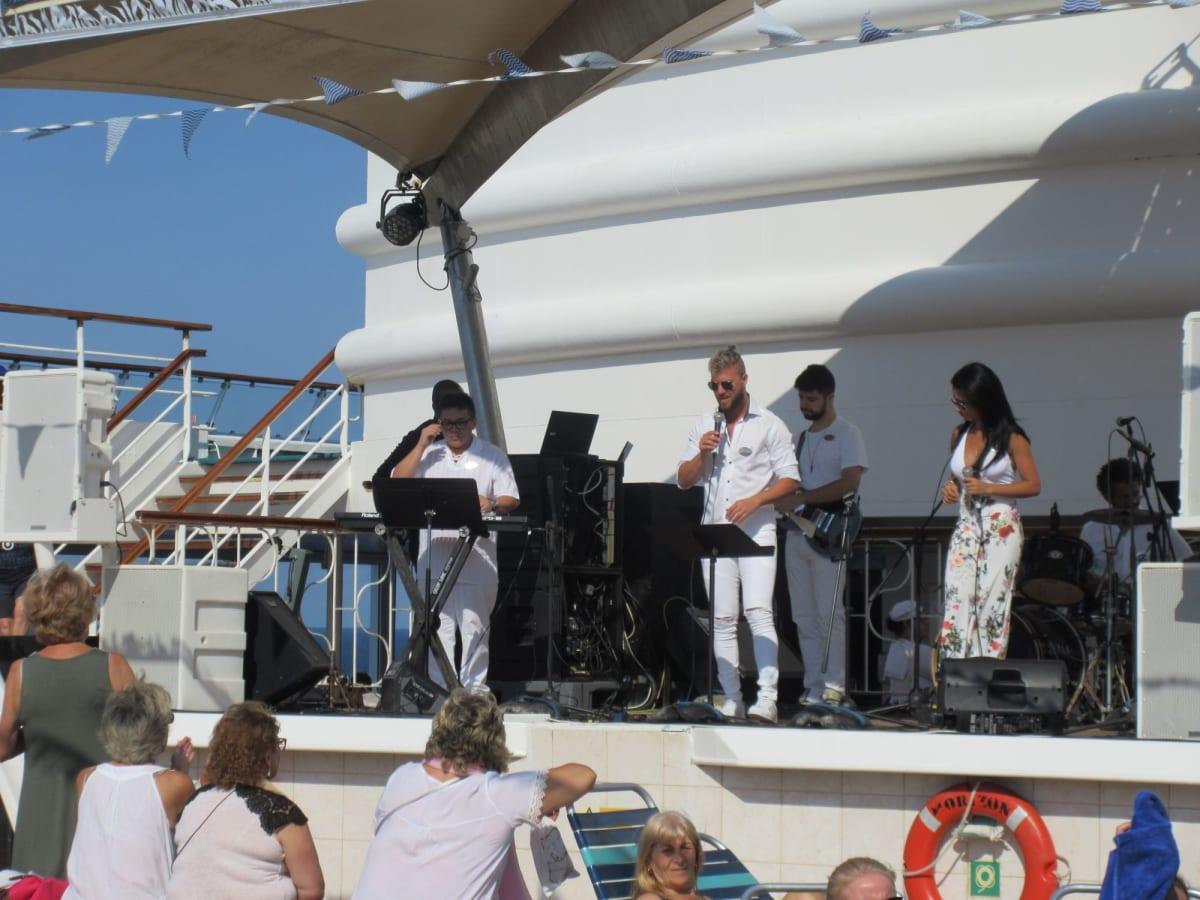 船上pool sideでの演奏とダンス、我々は横の tableにてSangaria(ただ)を飲みながら見物 | 客船プルマントゥール・ホライズンのクルー、アクティビティ、船内施設