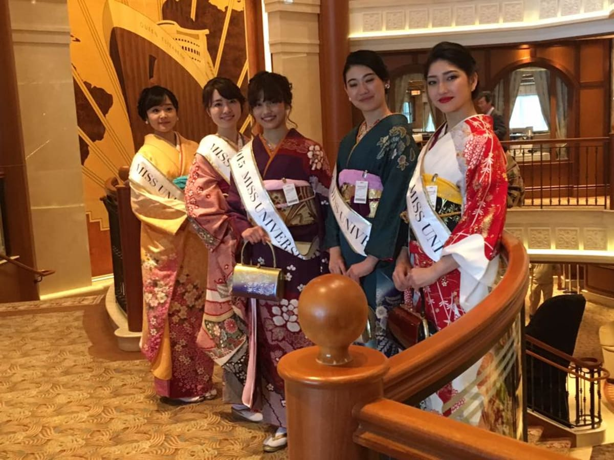 乗船の当日、きれい所の見学者にポーズをお願いしました | 神戸での客船クイーン・エリザベス