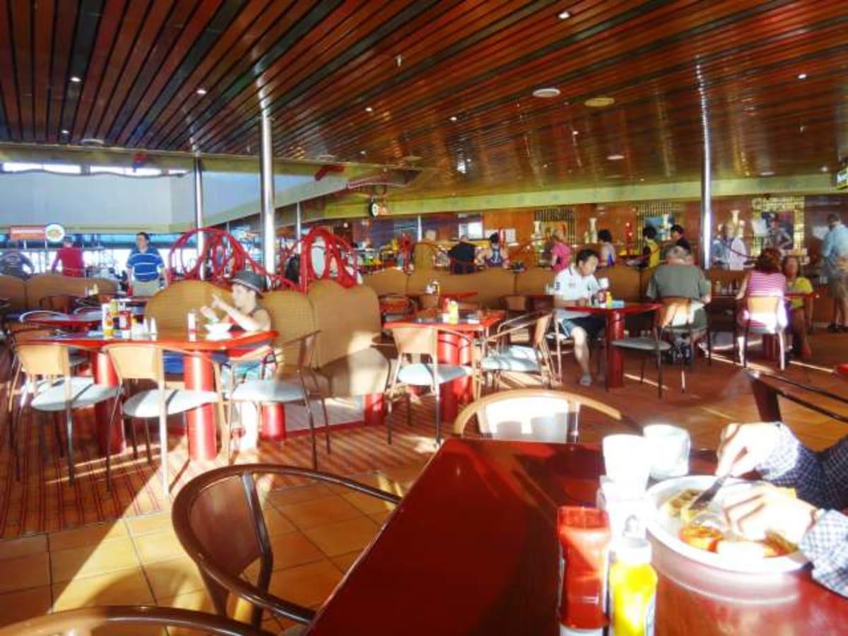 朝食、昼食で利用した広いブッフェ。 | 客船カーニバル・コンクエストのブッフェ