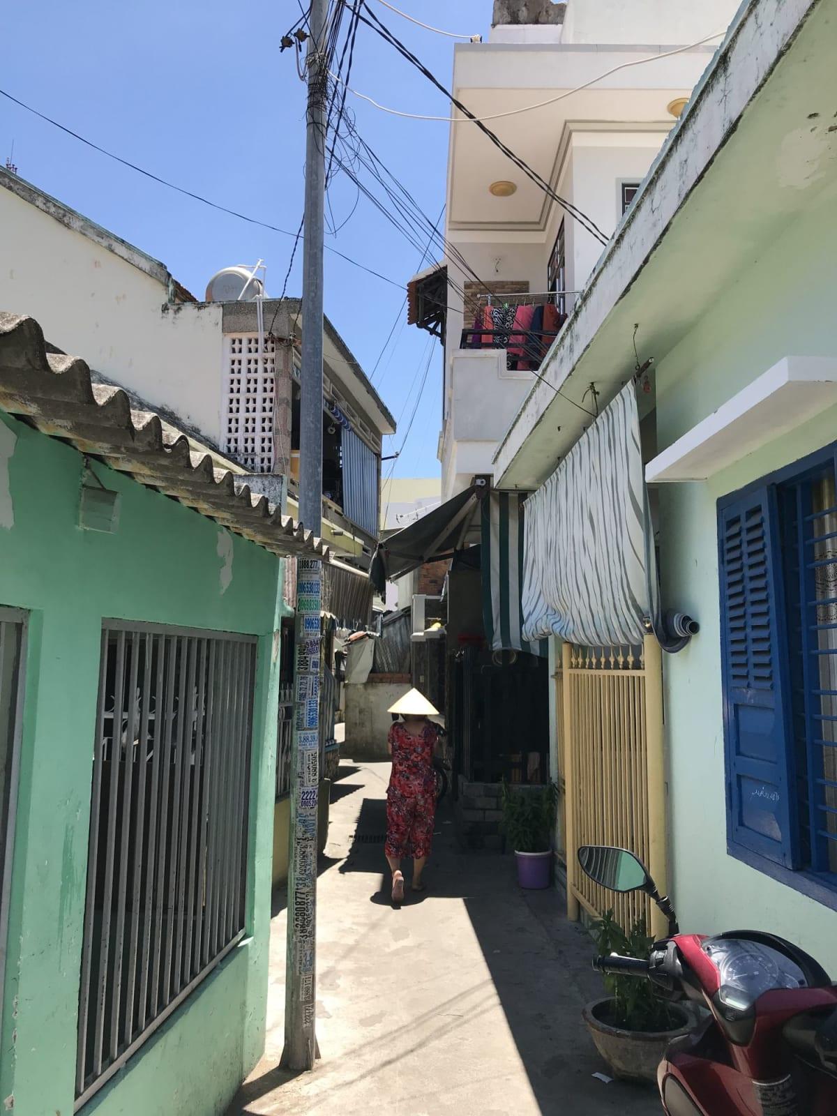 ニャチャン港近くの漁村にて。 壁の色がカラフルでかわいい。