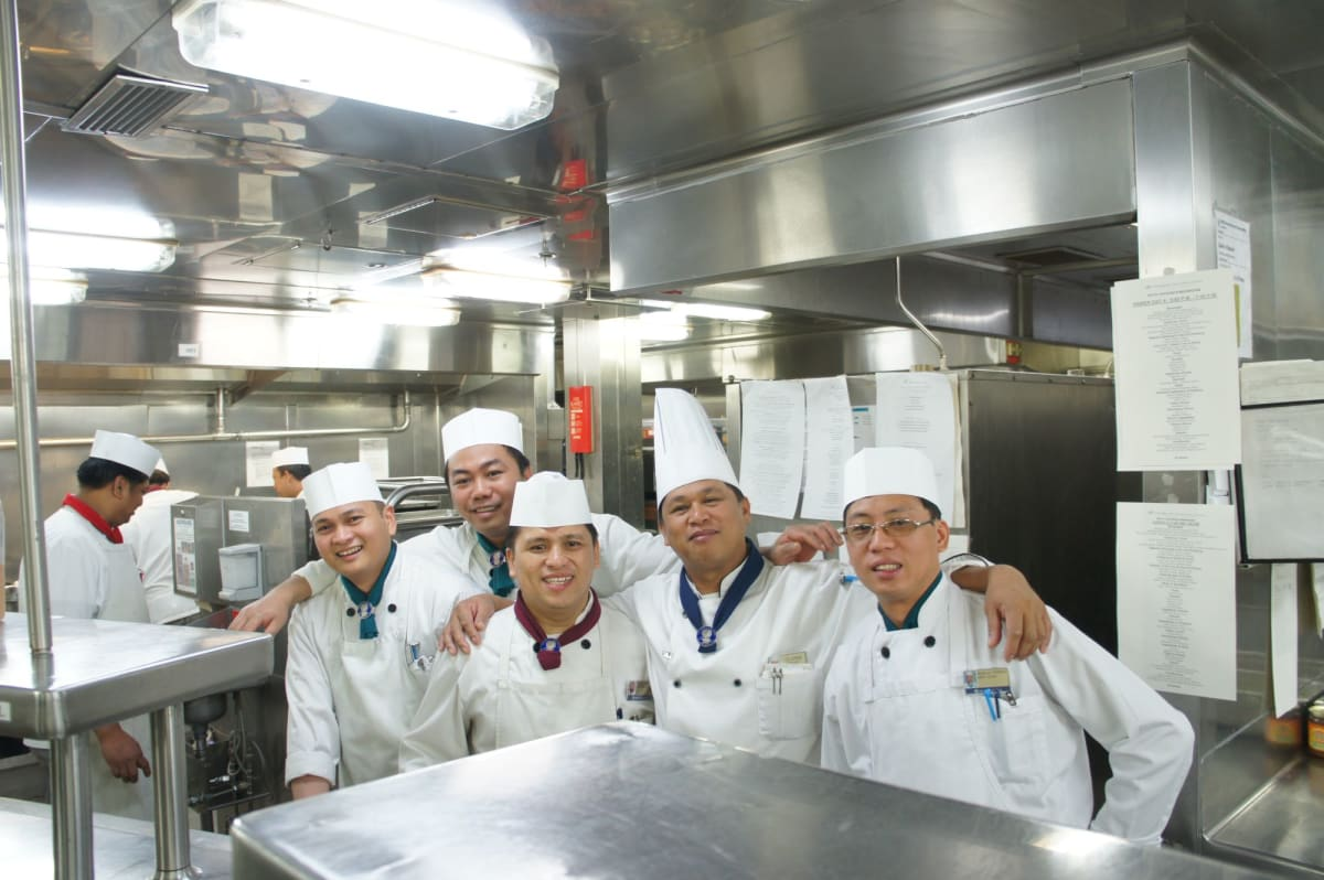 ギャレーツアーでは陽気なフィリピン人クルーがお出迎え   客船ザーンダムのクルー、アクティビティ