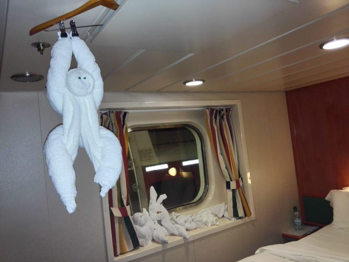 ベットだけでは無く、窓枠や天井にも毎日、楽しいタオルアート。 | 客船ノルウェージャン・スターの客室