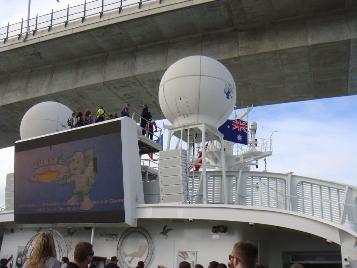 ブリスベン川にかかる橋をくぐる。余裕は僅か数メートル。 | 客船パシフィック・ジュエルの船内施設