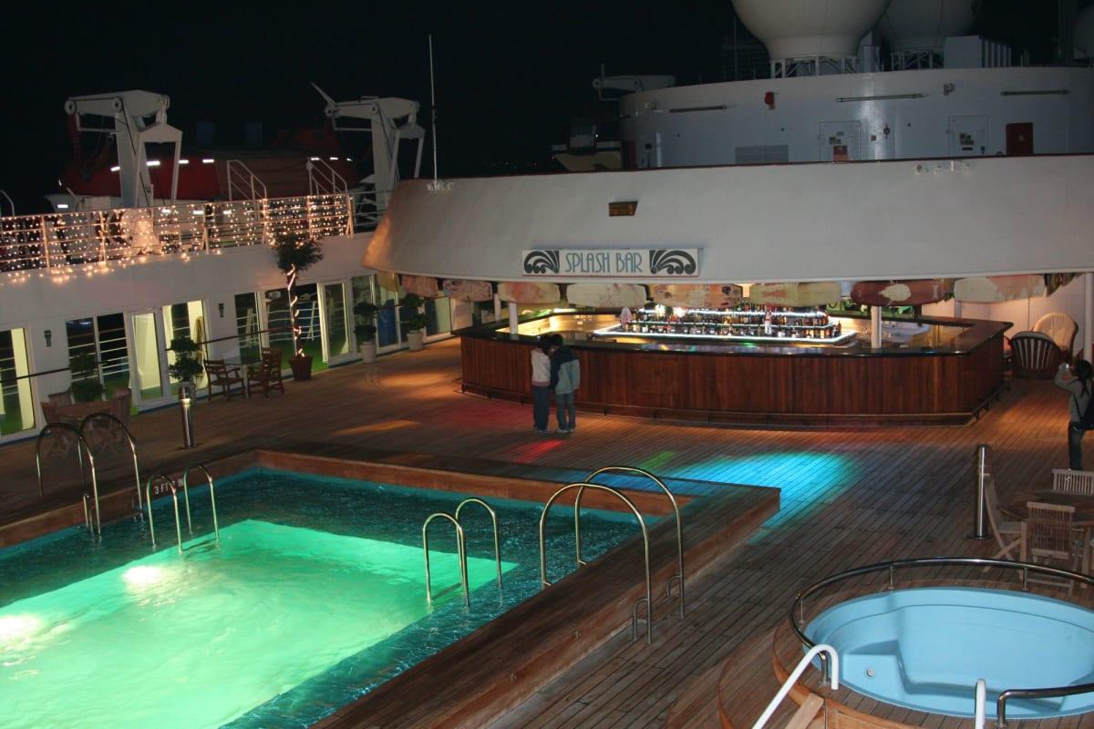 人もまばらなプールデッキ | 客船アジア・スターの船内施設