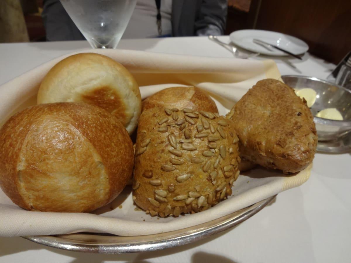 メインディッシュもさることながら、パンも美味しいんです♪ | 客船ダイヤモンド・プリンセスのダイニング、フード&ドリンク