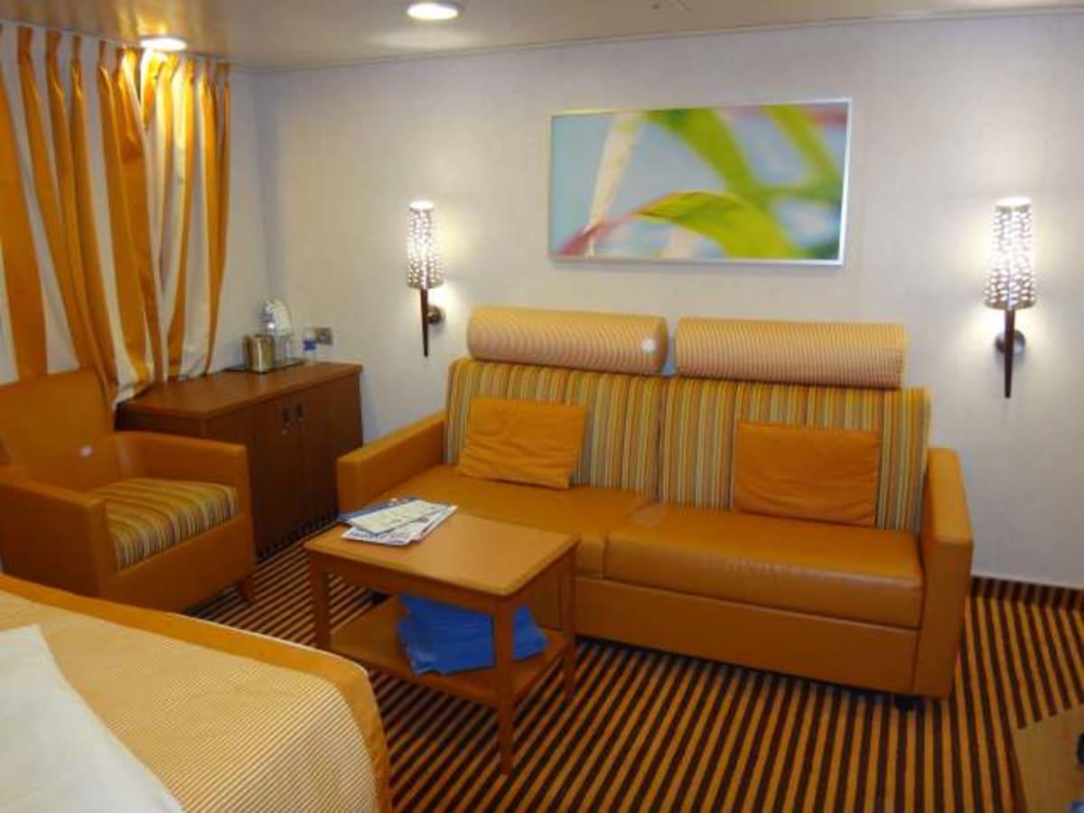 スタンダート部屋並の安さだったのでジュニアスイートにしました。もちろん広くて快適です。 | 客船カーニバル・コンクエストの客室