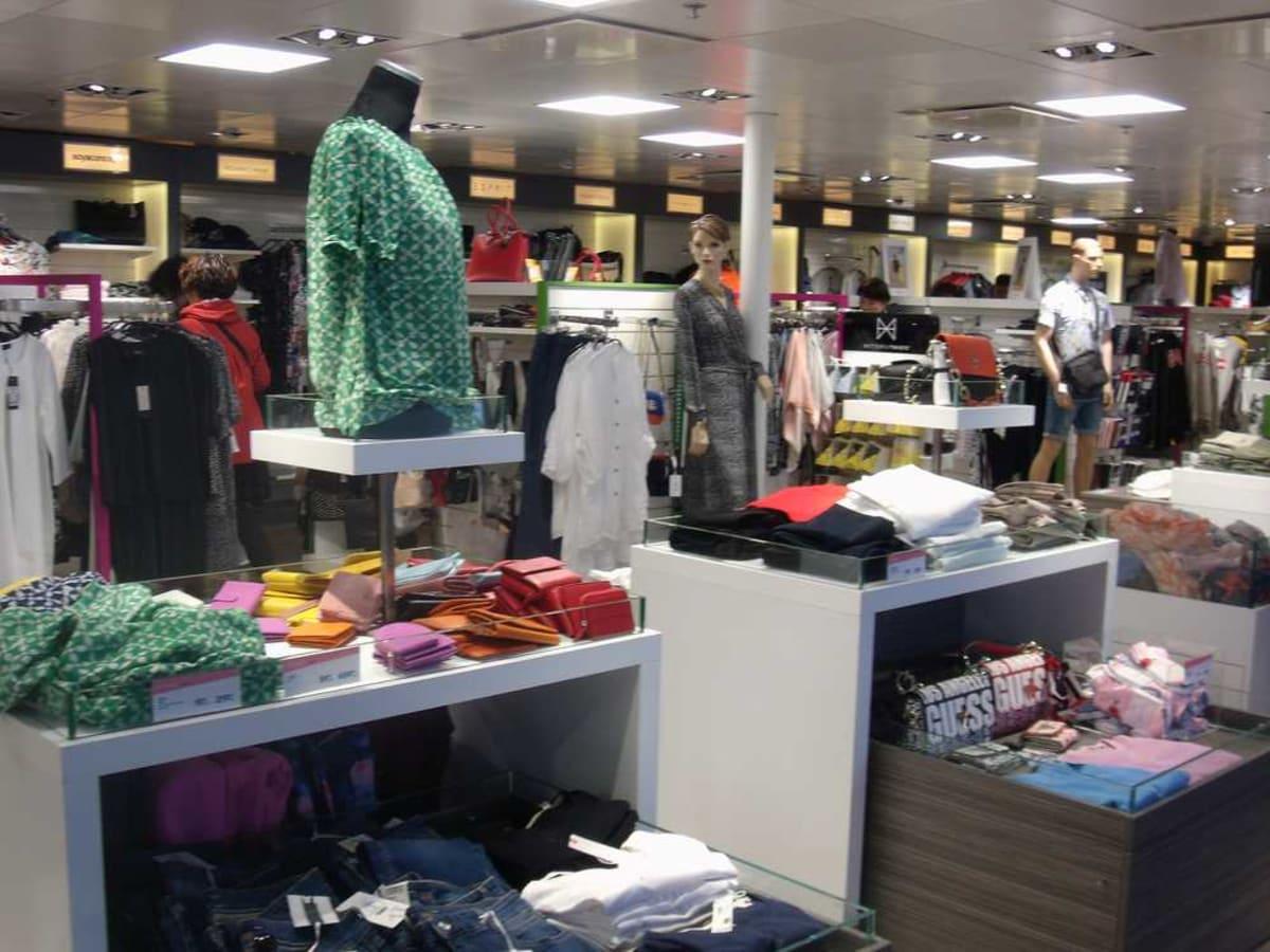 何か特別高価な服ばかりでなく、デニムのパンツが安売りで30ユーロくらいで売ってもいました。   客船ギャラクシーの船内施設