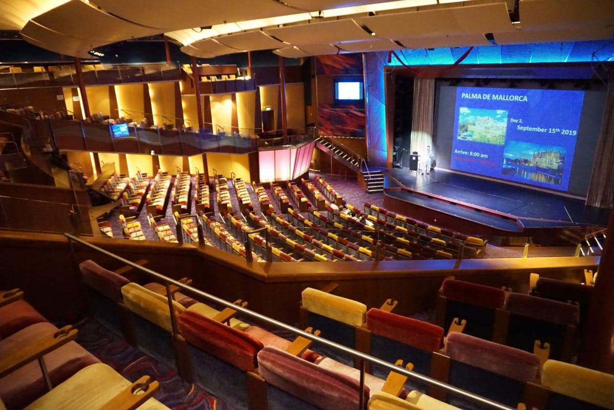 劇場は十分な席があるけれども人気の演目では30分ほど前から人が集まります。