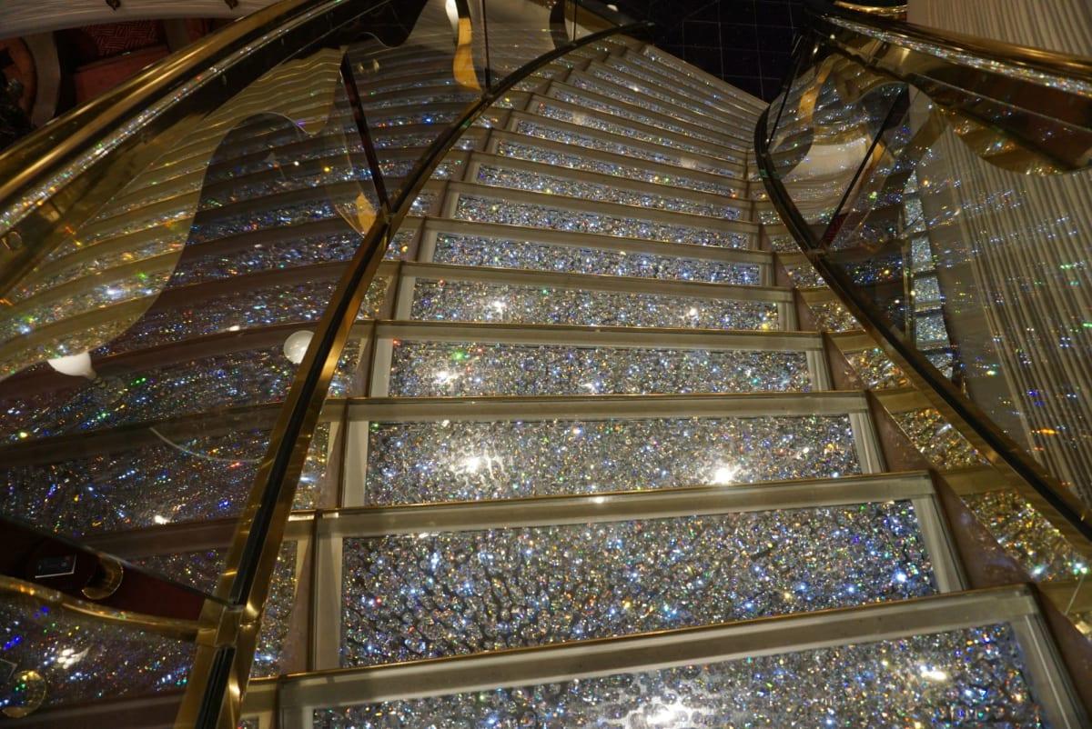 MSCならではのスワロフスキーの階段。 キラッキラ☆   客船MSCスプレンディダの船内施設