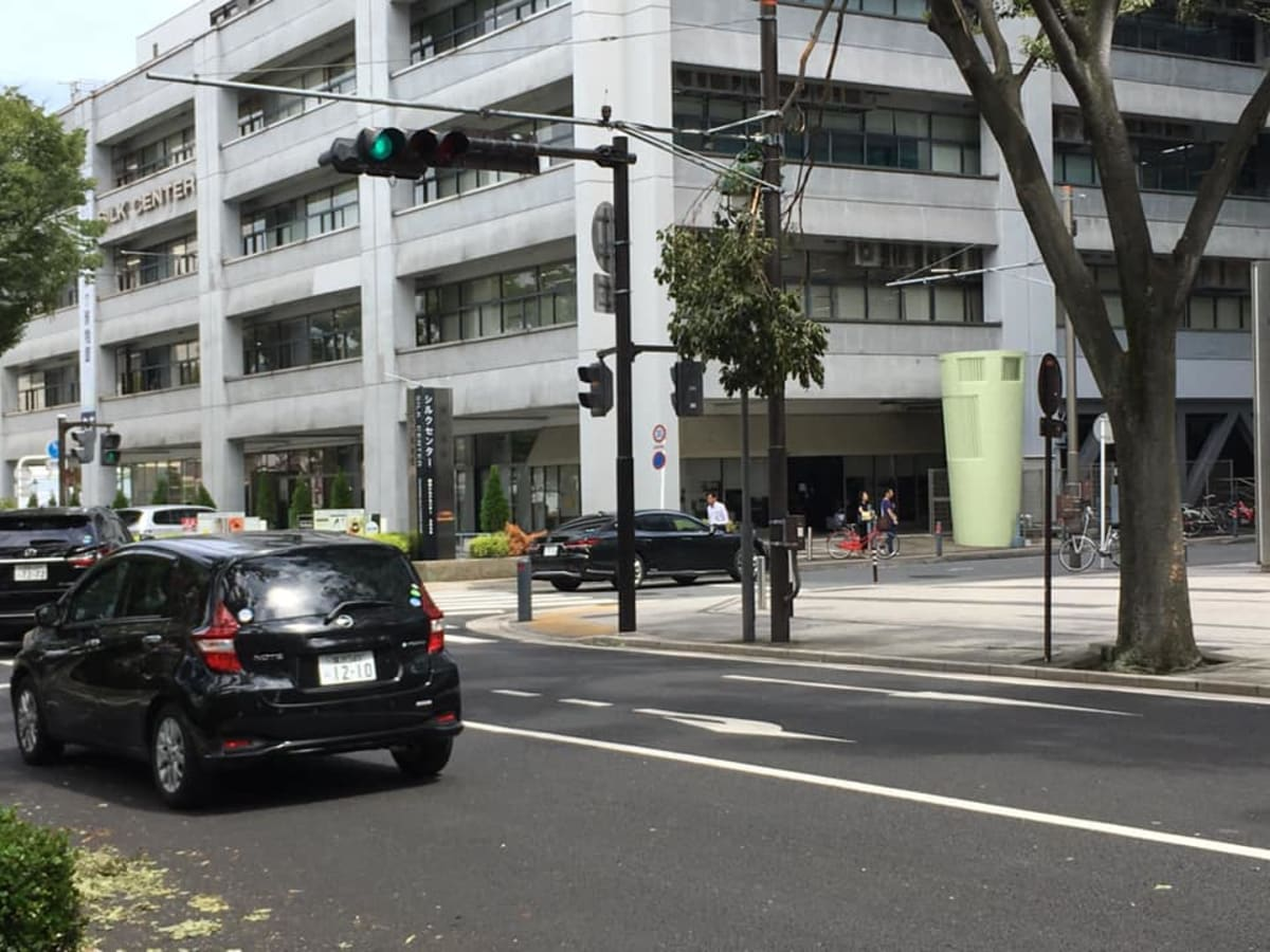日本大通りから大桟橋に向かう途中、天候は回復していたが、台風15号によって、折れた街路樹の枝木が散見された。 | 横浜
