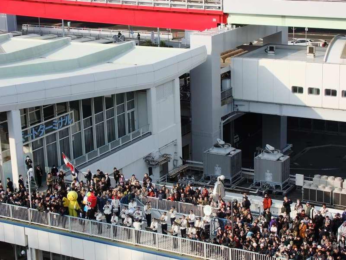 神戸埠頭、バンド演奏と歓迎する人たちの群れ | 神戸での客船クイーン・エリザベス