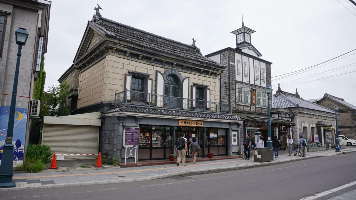小樽運河から続く堺町通りは素敵な外観をしたお土産やさんなどが数多く軒を連ねており、街歩きにちょうどいよい場所でした。   小樽