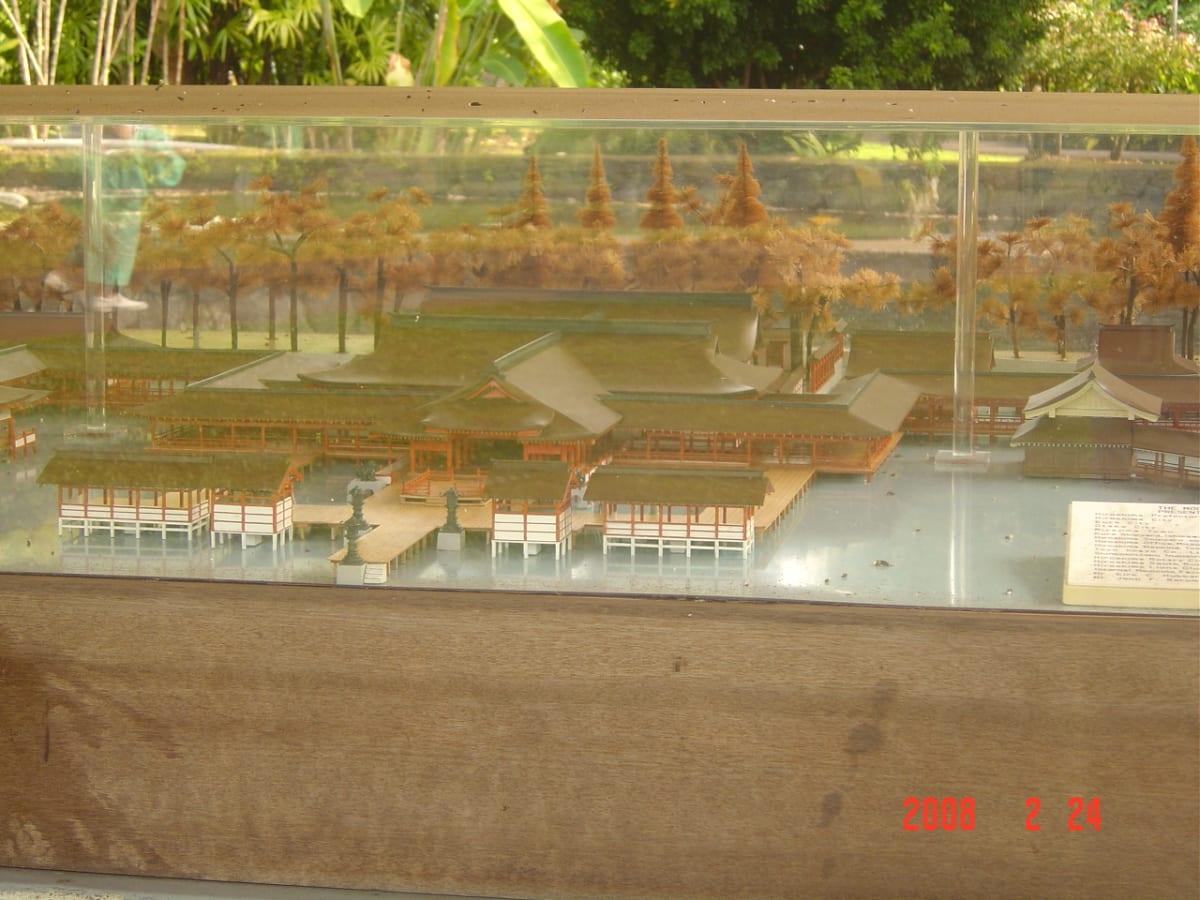 厳島神社のミニチュアセット。戦前、多くの日本人入植者があった事の証さと言えます | 客船プライド・オブ・アロハの船内施設