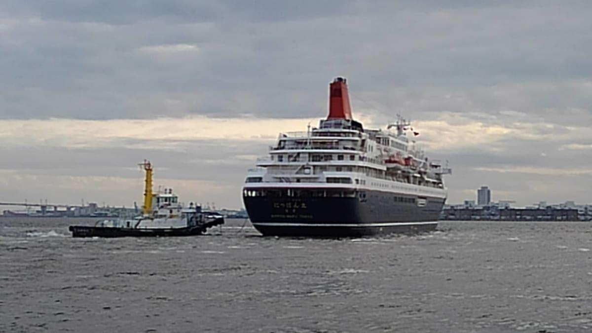 見送りに来た船友が撮ってくれた出港していく にっぽん丸の写真