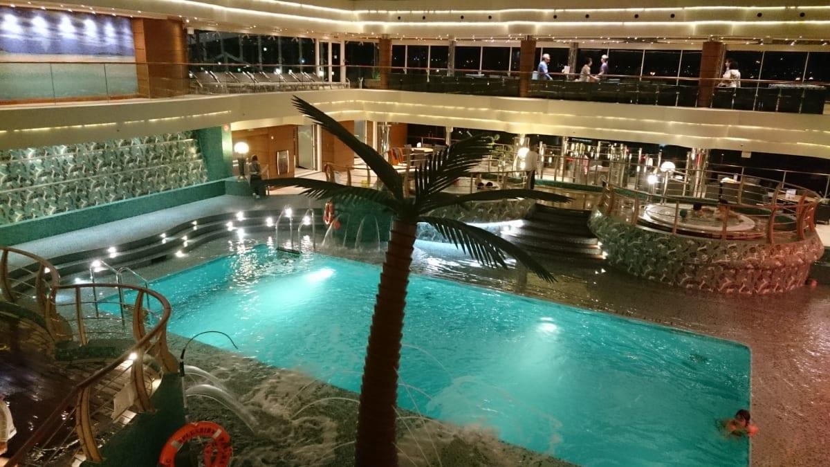 船内探索。寒いのに屋根付きプールで泳いでいる人がいました。 | 客船MSCスプレンディダの船内施設