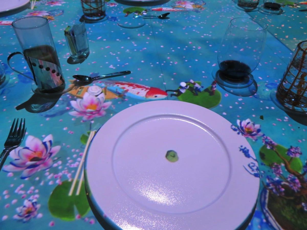 前菜とメイン料理の空いた時間には蓮の花の間を鯉がスイスイと泳いだりして客の目を楽しませる。 | 客船セレブリティ・ミレニアムのダイニング