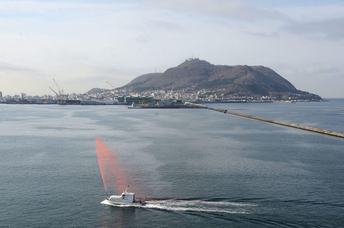 函館山をバックに函館港入港消防艇の歓迎放水 | 函館