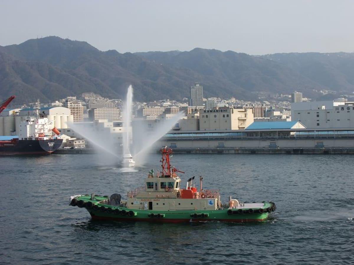 3月19日、神戸港、放水で歓迎を受ける | 神戸での客船クイーン・エリザベス