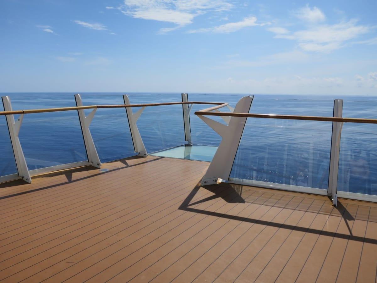 船首のガラス床   客船ハーモニー・オブ・ザ・シーズの船内施設