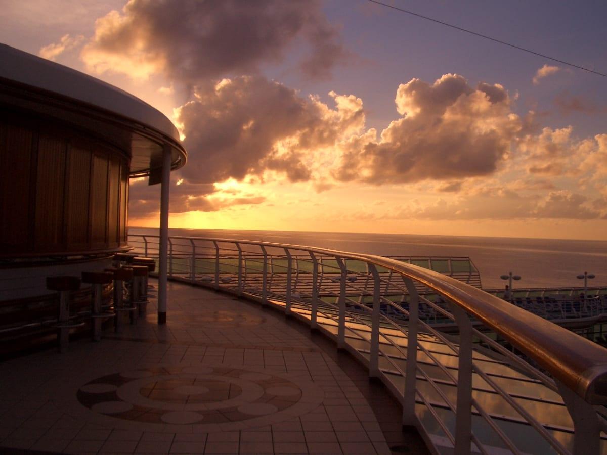 カリブ海の夕暮れ。とても絵になります。この写真は気に入ってパソコンのデスクトップに使っていました。 | 客船サン・プリンセスの船内施設