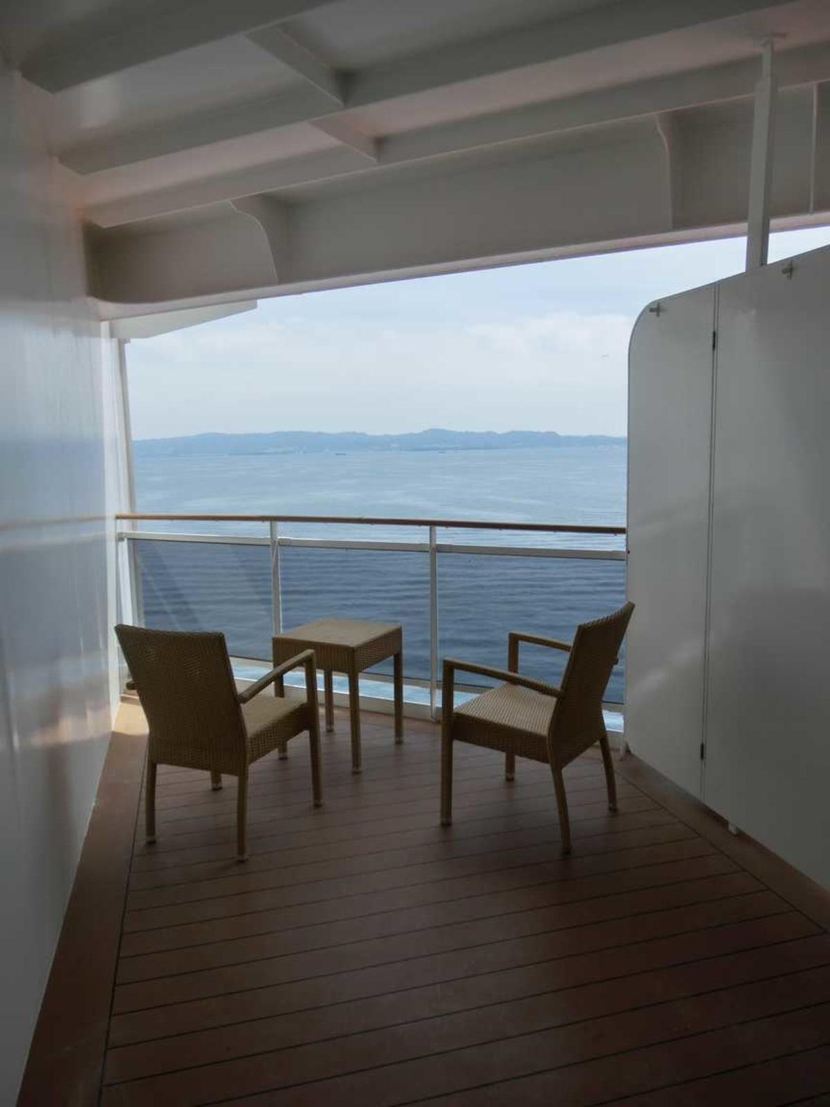 バルコニー広めの客室だったのですが、手前の空間は異臭がしているし、活用出来ませんでした。サマーベッドを置けるくらいスペースが余っているのに、普通と同じテーブルと椅子しか無いのが残念でした。 | 客船MSCスプレンディダの客室