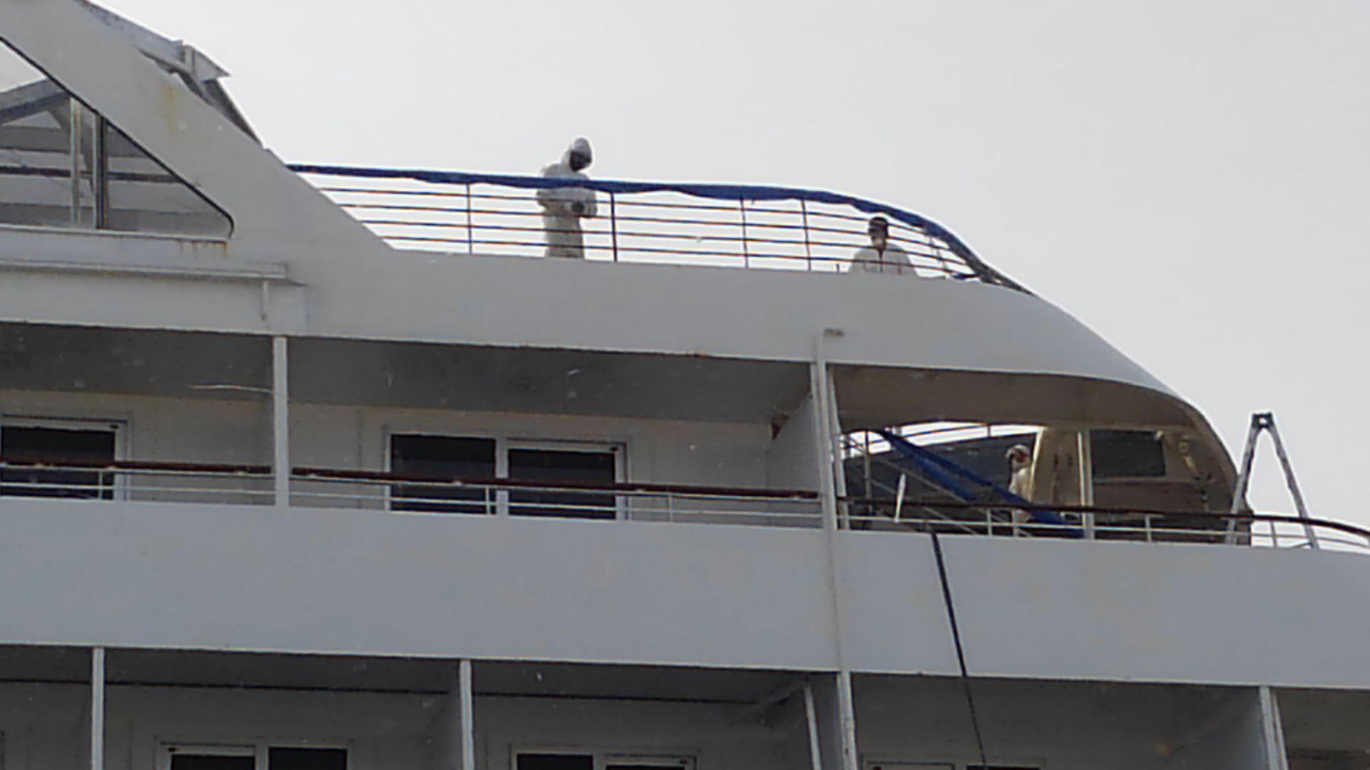 横浜港で消毒作業中と思われる飛鳥II