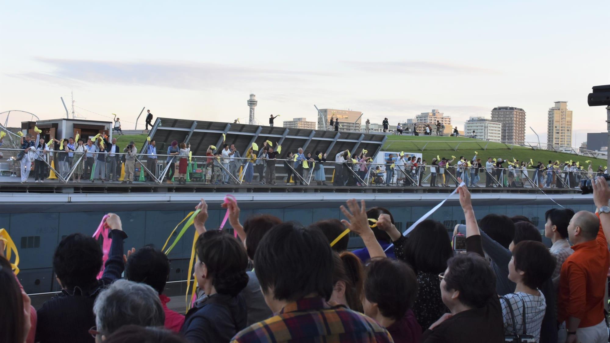 横浜港大さん橋の見送る人と送られる人。