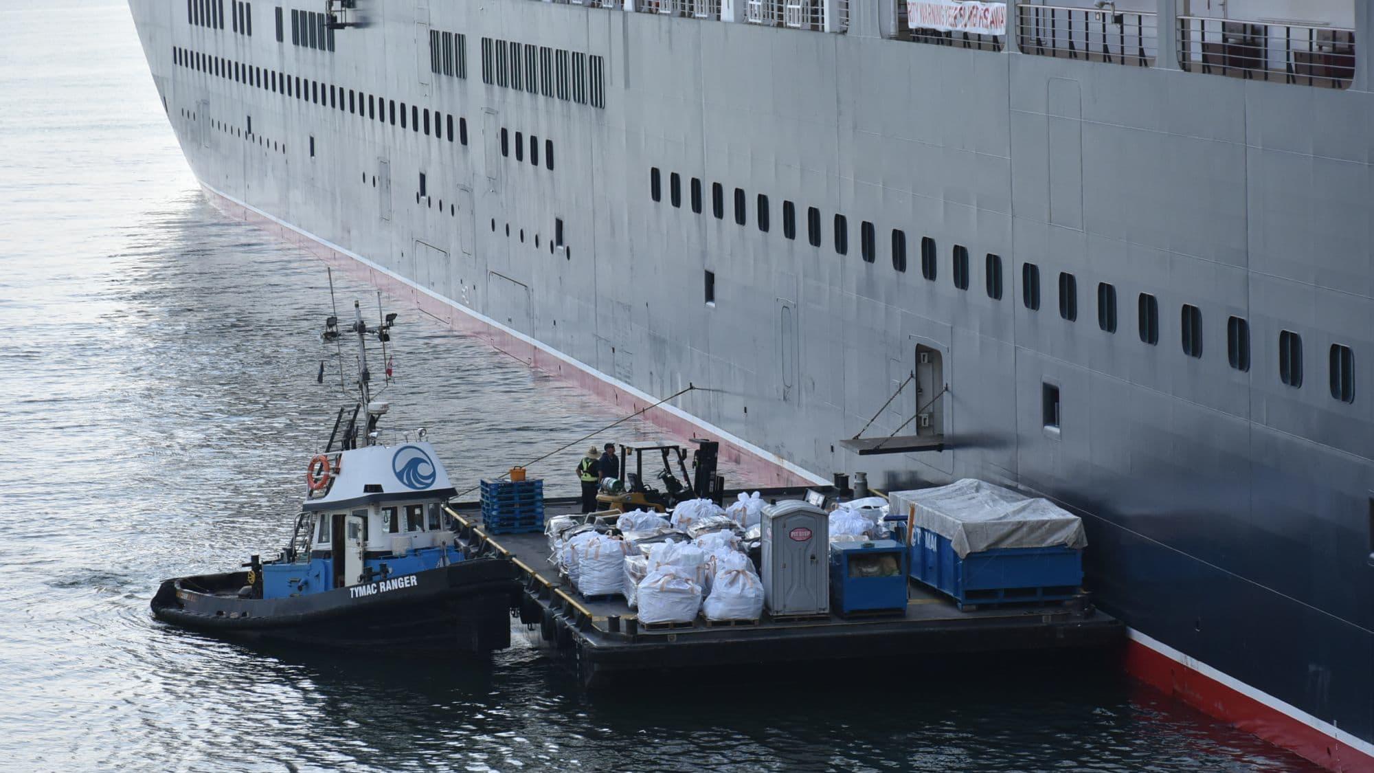 梱包された大量のゴミを搬出するクイーン・エリザベス号