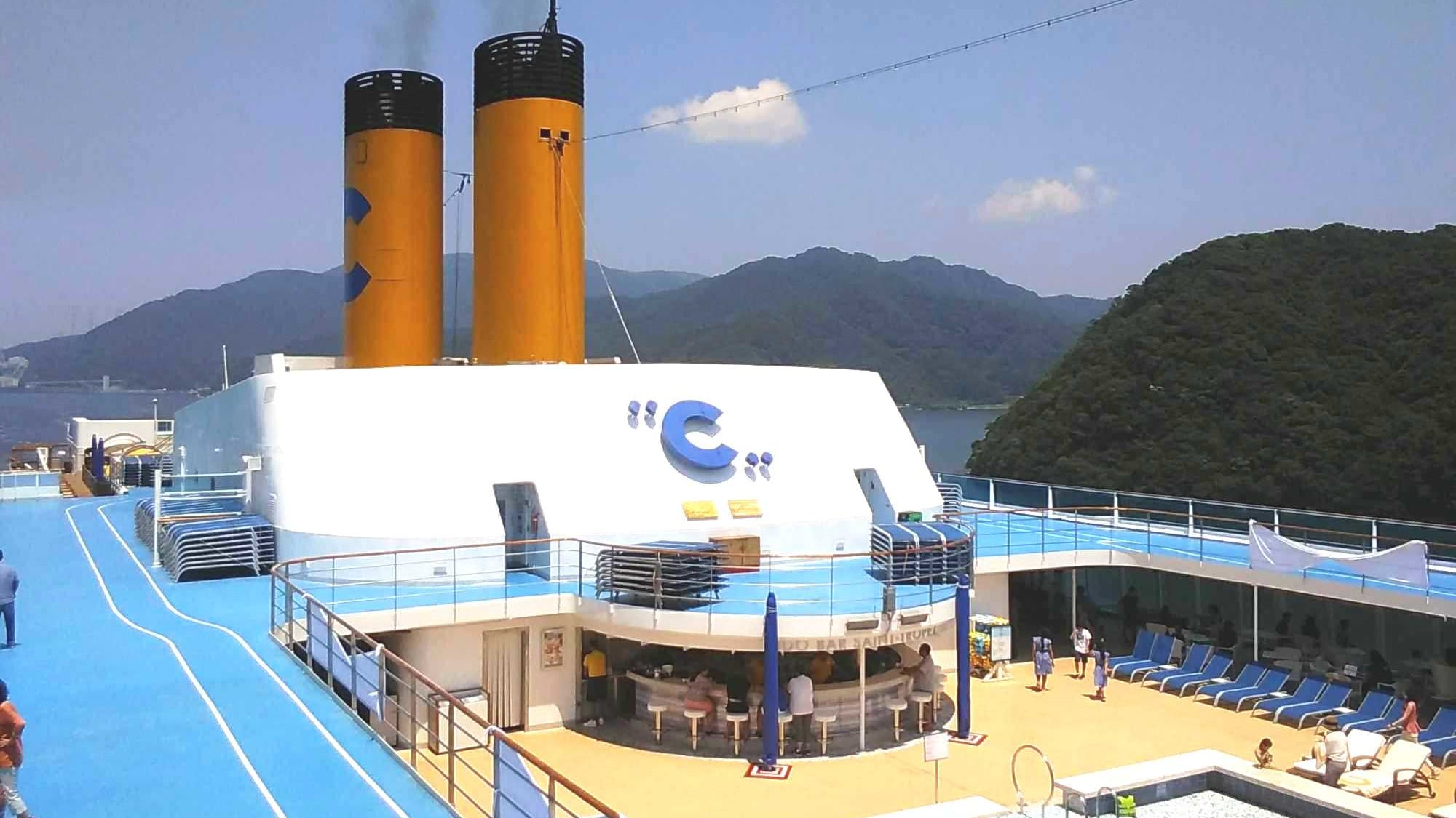 舞鶴港に停泊中のコスタネオロマンチカ