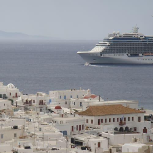 白壁の家屋に白い船。とにかく美しい。 | ミコノス島での客船セレブリティ・イクノス